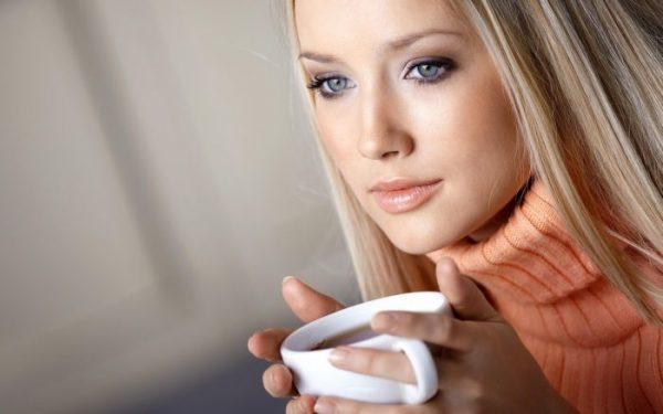 fata bea ceaiul