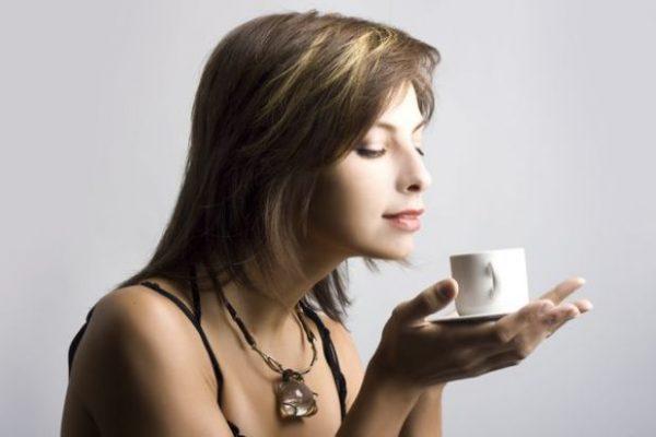 femeie bea cafea